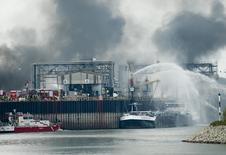 Пожарные тушат огонь на предприятии компании BASF в Людвигсхафене. 17 октября 2016 года. Как минимум один человек погиб в результате взрывов на двух предприятиях немецкого химического концерна BASF в Людвигсхафене, сообщили пожарные на пресс-конференции в понедельник. REUTERS/Ralph Orlowski