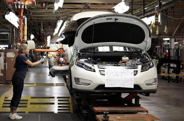 10月17日、米FRBが表した9月の鉱工業生産指数は前月比0.1%上昇と、市場予想に沿う結果となった。製造業の持ち直しを、電力・ガスの低下が打ち消した。第3・四半期の国内総生産(GDP)の伸び率は緩やかになると観測される。写真は2011年7月、米ミシガン州の自動車工場で(2016年 ロイター/Rebecca Cook)