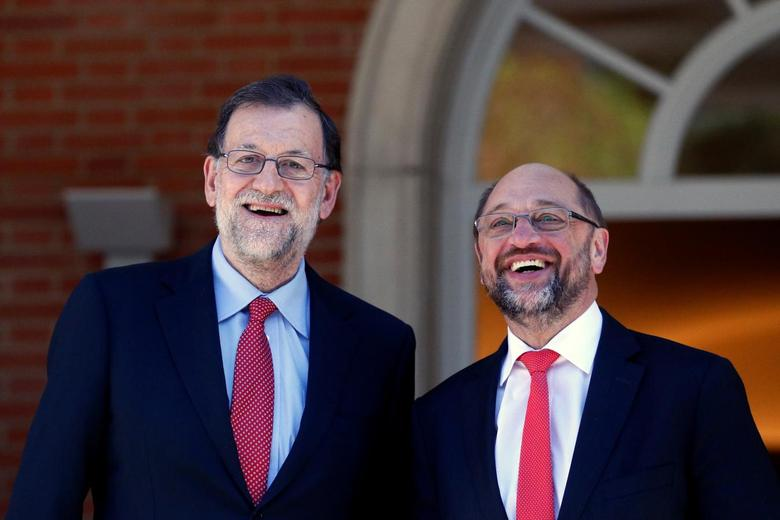 Spain's acting Prime Minister and People's Party (PP) leader Mariano Rajoy (L) and European Parliament President Martin Schulz pose before a meeting at Madrid's Moncloa Palace, Spain, October 7,  2016. REUTERS/Juan Medina