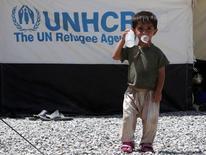 """Иракский ребенок в лагере беженцев под Мосулом 6 августа 2016 года. До 100.000 иракцев могут бежать в Сирию и Турцию из-за наступления иракских правительственных сил на Мосул для вытеснения из города боевиков """"Исламского государства"""", сообщило Агентство ООН по делам беженцев. REUTERS/Azad Lashkaril"""