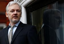 Julian Assange faz discurso em embaixada do Equador em Londres. 5/2/2016. REUTERS/Peter Nicholls