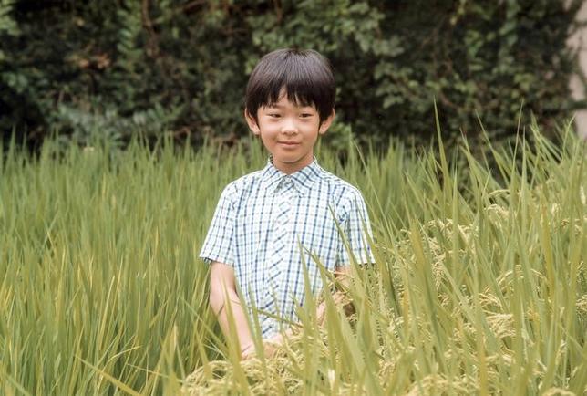 10月14日、日本の皇族で41年ぶりの親王となる秋篠宮悠仁さま(写真)が2006年に誕生されたとき、日本政府は女性、女系皇族の皇位継承を認める皇室典範改正案の提出を取りやめたが、それから10年たった今でも、改革が行われていない皇位継承問題において、幼い悠仁親王は「最後の望み」であり続けている。赤坂御用地で8月撮影。宮内庁提供(2016年 ロイター)