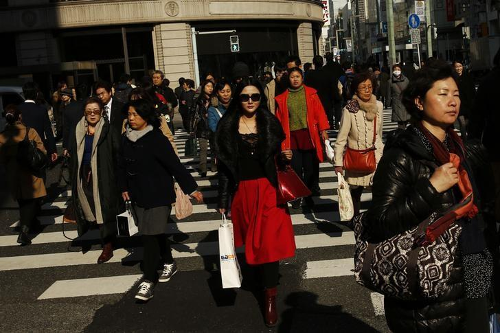 2016年2月4日,日本东京,银座商圈熙熙攘攘的人群。REUTERS/Thomas Peter