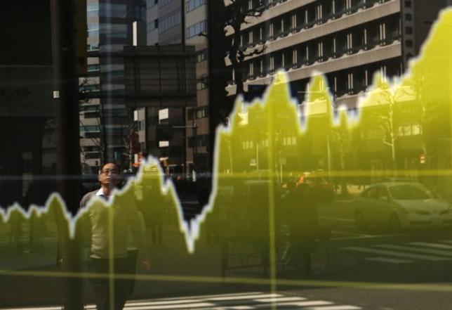 10月18日、東京株式市場で日経平均は3日続伸した。前日の米国株安を受け、序盤は売りが優勢だったが、押し目買いが入りプラスに転じた。ただ東証1部売買代金は11営業日連続で2兆円割れとなり、商いは低調。写真は株価ボード。都内で2015年3月撮影(2016年 ロイター/Yuya Shino)