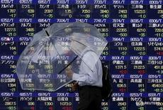 La Bourse de Tokyo a fini en légère hausse mardi, soutenue par des achats d'actions sensibles à la demande intérieure, mais la stabilisation du yen après son recul récent a freiné la progression de la cote. Le Nikkei a gagné 63,49 points, soit 0,38%, à 16.963,61. /Photo d'archives/REUTERS/Issei Kato