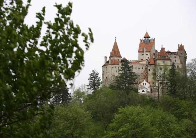 10月17日、ホラー小説「吸血鬼ドラキュラ」のモデルとなった15世紀の「串刺し公」、ヴラド・ツェペシュが滞在したとされる「ドラキュラ城」に、31日のハロウィーンの夜に2人の客を宿泊させる企画が発表された。写真は「ドラキュラ城」のモデルとされるルーマニアのブラン城。2006年5月撮影(2016年 ロイター/Bogdan Cristel)