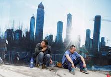 Trabajadores descansando en un sitio en construcción en el distrito financiero de Pekín, China. 15 de julio de 2016. Los bancos chinos ofrecieron 1,22 billones de yuanes (181.000 millones de dólares) en nuevos créditos netos en la moneda local durante septiembre, un alza frente a los 948.700 millones de yuanes de agosto y muy por encima de las expectativas de los analistas. REUTERS/Jason Lee/File Photo