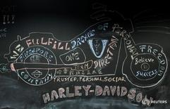 Изображение мотоцикла Harley-Davidson в офисе компании в Сингапуре 13 октября 2016 года. Производитель мотоциклов Harley-Davidson Inc сообщил о снижении квартальной прибыли во вторник, как и ожидали аналитики, в связи со слабыми продажами в США, крупнейшем для компании рынке. REUTERS/Edgar Su