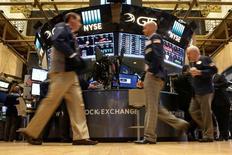 La Bourse de New York a ouvert en hausse mardi, soutenue par les résultats meilleurs que prévu de plusieurs entreprises, notamment Goldman Sachs et Netflix. Dans les premiers échanges, le Dow Jones gagne 0,59%. Le Standard & Poor's 500 progresse de 0,71%  et le Nasdaq  prend 0,94%. /Photo prise le 14 octobre 2016/REUTERS/Brendan McDermid