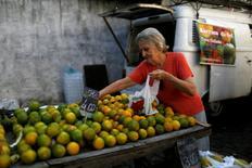 Una clienta selecciona naranjas de un puesto en un mercado callejero en Río de Janeiro, Brasil. 6 de mayo de 2016. Las ventas minoristas en Brasil disminuyeron por segundo mes seguido en agosto pese a un alza de las ventas en los supermercados, en un nuevo indicio de debilidad para una economía que intenta salir de una recesión que ya dura dos años. REUTERS/Pilar Olivares/File Photo