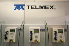 rUnas cabinas telefónicas de Telmex en Ciudad de México, feb 17, 2015. El regulador de las telecomunicaciones de México, IFT, inició una investigación por la probable comisión de prácticas monopólicas en el mercado de producción, distribución y comercialización del servicio de telefonía pública para su venta a través de aparatos telefónicos de uso público.  REUTERS/Edgard Garrido