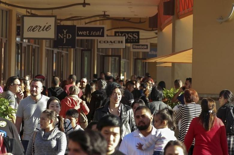 People shop during day after Christmas sales at Citadel Outlets in Los Angeles, California December 26, 2014. REUTERS/Jonathan Alcorn  (UNITED STATES - Tags: BUSINESS) - RTR4JCEX