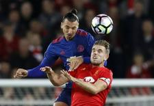 Atacante Zlatan Ibrahimovic, do Manchester United, disputa bola com Jordan Henderson, do Liverpool.   17/10/2016       Action Images via Reuters / Carl Recine Livepic