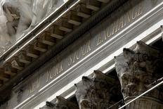 El edificio de la bolsa de comercio de Nueva York, ene 20, 2016. Las ganancias de las empresas del S&P 500 habrían aumentado ligeramente en el tercer trimestre, revirtiendo pronósticos anteriores de otro período más de bajas, según datos de Thomson Reuters.    REUTERS/Mike Segar