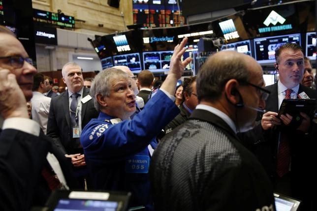 10月18日、米国株式市場は上昇。S&P500は今月に入り最も大幅な値上がりとなった。写真はNY証券取引所のトレーダー、17日撮影(2016年 ロイター/Lucas Jackson)