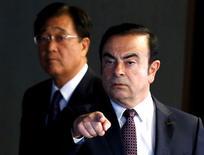 Карлос Гон и Осаму Масуко идут на совместную пресс-конференцию в Иокогаме. Компания Nissan Motor Co решила назначить своего главу Карлоса Гона председателем совета директоров Mitsubishi Motors Corp после того, как второй крупнейший в Японии автопроизводитель приобретёт 34-процентную долю в уступающем ему конкуренте, сообщило издание Nikkei в среду. REUTERS/Thomas Peter
