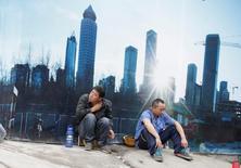 La economía de China creció un 6,7 por ciento en el tercer trimestre respecto al mismo lapso del año anterior, estable frente al trimestre previo y en línea con las expectativas, debido a que un mayor gasto del Gobierno y un auge del sector inmobiliario contrarrestaron la debilidad de las exportaciones. En la imagen de archivo, empleados descansando en un sitio de obras en Pekñin. REUTERS/Jason Lee/Files