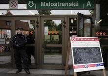 Полицейский у входа в метро в Праге 2 июня 2013 года. Чешская полиция задержала россиянина, разыскивавшегося в связи с хакерскими атаками в США, сообщили правоохранительные органы, не раскрыв деталей. REUTERS/David W Cerny