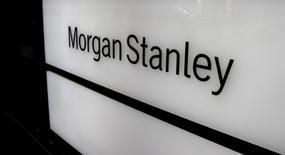 Morgan Stanley registró el miércoles beneficios por encima de lo esperado, apuntalados por un repunte en su negocio de intermediación de bonos que ayudó a todos los bancos de Wall Street el trimestre pasado. En la imagen, el logo de Morgan Stanley en un edificio en Zúrich el 22 de septiembre de 2016. REUTERS/Arnd Wiegmann/File Photo
