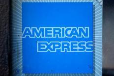 American Express a annoncé des résultats trimestriels supérieurs aux attentes tout en annonçant une révision à la hausse de sa prévision de bénéfice ajusté pour l'ensemble de l'année. /Photo prise le 25 avril 2016/REUTERS/Lucy Nicholson