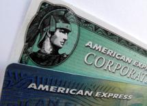 Пластиковые карты American Express  и American Express corporate. American Express Co повысила прогноз скорректированной прибыли в 2016 году и отчиталась о превысившей прогнозы выручке в третьем квартале в среду.  Компания повысила годовой прогноз до $5,90-$6,00 на акцию с $5,40-$5,70 и подтвердила прогноз на 2017 год за счёт более быстрого, чем ожидалось, эффекта от инициативы сокращения расходов.   REUTERS/Mike Blake/File Photo