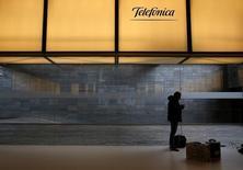 Apenas cuatro años después de cancelar el dividendo en una decisión histórica que levantó ampollas, Telefónica necesita encontrar un equilibrio para convencer al mercado y a las agencias de rating con una nueva estrategia que reduzca su deuda sin recortarlo. Imagen de un hombre debajo de un logo de Telefonica en la sede de la compañía en Madrid, España, el 26 de febrero de 2016.  REUTERS/Juan Medina/Foto de archivo