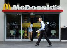 Un hombre pasa frente a un restaurant McDonald's en Singapur. 25 de julio de 2016. La facturación del McDonald's Corp cobró impulso en el último trimestre, ya que las ventas comparables de sus restaurantes superaron las estimaciones del mercado y provocaron un alza de 3,6 por ciento en sus acciones antes de la apertura de sesión en Wall Street. REUTERS/Edgar Su/File Photo
