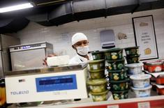 Funcionário pesa um pedaço de queijo em mercado no Rio de Janeiro, Brasil 06/05/2016 REUTERS/Nacho Doce