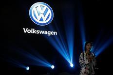 Las familias Piech y Porsche, que controlan más del 52 por ciento de Volkswagen, han prometido respaldar a la alta dirección de la empresa, dejando de lado viejas disputas mientras la compañía automovilística trasta de superar el escándalo de las emisiones, informó el Der Spiegel el sábado. En la imagen, un logo de Volkwagen durante una presentación del Volkswagen Phideon en Shanghái, el 21 de octubre de 2016. REUTERS/Aly Song