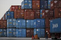 Les exportations du Japon se sont contractées en septembre pour un 12e mois consécutif mais à un rythme moins élevé que prévu, montrent les données publiées lundi par le ministère des Finances. /Photo d'archives/REUTERS/Toru Hanai