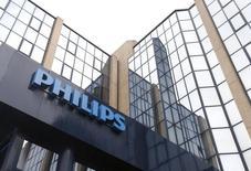 Philips a fait état lundi d'une hausse légèrement moins marquée que prévu de ses résultats trimestriels, mais le groupe néerlandais désormais spécialisé dans le petit électro-ménager grand public et les équipements médicaux, a rassuré les investisseurs avec l'amélioration de sa rentabilité et son carnet de commandes. /Photo d'archives/REUTERS/François Lenoir