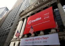 Twilio à suivre lundi à Wall Street. Morgan Stanley, dans un avis financier publié vendredi soir, a fait état d'une participation passive de 5,2% dans la start-up qui propose une plate-forme de communication dans le Cloud pour les développeurs. /Photo prise le 23 juin 2016/REUTERS/Brendan McDermid