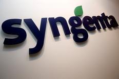 Syngenta, le premier fabricant mondial de pesticides qui a accepté d'être racheté par le groupe public chinois ChemChina, a fait savoir mardi que le processus régulatoire avait pris du retard et devrait être achevé au premier trimestre 2017 et non plus avant la fin de cette année comme il l'avait initialement prévu. /Photo d'archives/REUTERS/Edgar Su