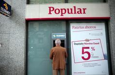 El banco Popular anunció el martes que ha reducido en algo más de 300 personas hasta los 2.592 el número de afectados por el recorte de empleo anunciado este verano. En la imagen, un hombre usa un cajero automático de Popular en Madrid, el 29 de abril de 2016. REUTERS/Andrea Comas