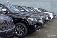Внедорожники Jeep Grand Cherokee в дилерском центре в Нью-Джерси 24 июля 2015 года. Fiat Chrysler (FCA) повысил годовой прогноз прибыли во второй раз в этом году, отчитавшись о резком росте квартальной операционной прибыли, которому способствовал хороший спрос на внедорожники Jeep. REUTERS/Eduardo Munoz