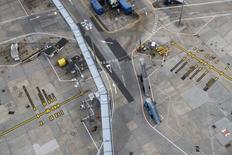Imagen de archivo del aeropuerto de Heathrow cerca de Londres, oct 11, 2016. Reino Unido dio luz verde el martes a la construcción en el aeropuerto de Heathrow de una nueva pista por un valor de 22.000 millones de dólares, poniendo fin a 25 años de indecisión y con el objetivo de impulsar los lazos comerciales globales del país tras su decisión de abandonar la Unión Europea.  REUTERS/Stefan Wermuth