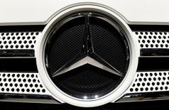 El logo de Mercedes Benz en un camión en una presentación en Hanover, Alemania. 22 de septiembre de 2016. Mercedes-Benz anunció que lanzará una camioneta pickup a fines de 2017, lo que la convertirá en la primera automotriz alemana de lujo en entrar en uno de los negocios más rentable del sector.  REUTERS/Fabian Bimmer