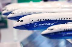 Boeing a annoncé mercredi une hausse d'un tiers de son bénéfice trimestriel et relevé sa prévision de livraisons d'avions civils pour l'ensemble de cette année. /Photo prise le 12 octobre 2016/REUTERS/Kim Kyung-Hoon