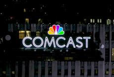 Логотип Comcast на крыше здания в Нью-Йорке. Comcast Corp в среду сообщила о росте выручки в третьем квартале за счёт увеличения пользователей видеосервисов и стабильного роста подразделений высокоскоростного интернета и бизнес-услуг.   REUTERS/Brendan McDermid/File Photo