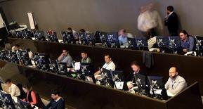 Operadores trabajando en la Bolsa de Valores de Sao Paulo, Brasil, mayo 24, 2016. El principal índice de acciones de Brasil caía el miércoles, lo que se debía principalmente a la baja sufrida por JBS tras la cancelación de planes para la reorganización del grupo, en una sesión cargada de resultados corporativos.  REUTERS/Paulo Whitaker