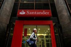Em foto de arquivo, mulher passa por agência do Santander no centro do Rio de Janeiro, Brasil 19/08/2014 REUTERS/Pilar Olivares/File Photo