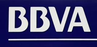 BBVA, la deuxième banque espagnole, a publié jeudi un bénéfice net trimestriel de 965 millions d'euros, supérieur aux attentes des analystes. Le revenu net d'intérêts a reculé de 4% à 4,3 milliards d'euros mais dépasse légèrement le consensus. /Photo d'archives/REUTERS/Marcelo del Pozo