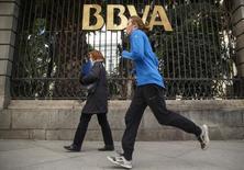 BBVA anunció el jueves un incremento del beneficio neto sin extraordinarios del 23 por ciento en el tercer trimestre del año, por encima de lo que esperaba el mercado, al que sorprendió alcanzando su objetivo de capital un año antes de lo previsto. En la imagen de archivo, dos mujeres pasan ante una de las sedes de BBVA en Madrid, el 4 de febrero de 2015. REUTERS/Andrea Comas
