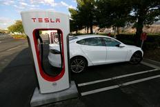 Tesla Motors registró el miércoles su primer beneficio neto trimestral en más de tres años, gracias a los ingresos de casi 139 millones de dólares en créditos por autos que no contaminan, y su consejero delegado, Elon Musk, dijo que la empresa podría volver a tener beneficios en el cuarto trimestre. En la imagen de archivo, un Modelo S de Tesla carga en una estación de carga de la marca en Cabazon, California.   REUTERS/Sam Mircovich/File Photo