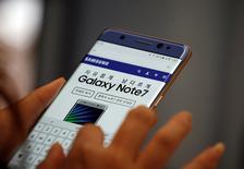 Samsung dijo el jueves que pretende recuperarse rápidamente de la desastrosa retirada del Galaxy Note 7, que lastró los beneficios de su división de dispositivos móviles en el tercer trimestre a su nivel más bajo en casi ocho años. En la imagen de archivo, un visitante prueba un Galaxy Note 7 en la sede de Samsung en Seúl. REUTERS/Kim Hong-Ji