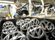 Volkswagen affiche une chute de plus de moitié du bénéfice d'exploitation de sa marque phare au troisième trimestre, ce qui tend à renforcer les arguments de la direction en faveur d'une réduction des coûts de cette division. /Photo d'archives/REUTERS/Fabian Bimmer