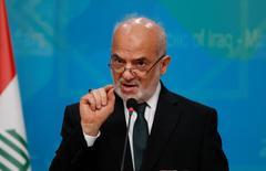 """El ministro de Relaciones Exteriores, Ibrahim al-Jaafari, durante una conferencia de prensa en Bagdad, Irak. 27 de octubre de 2016. Irak cree que hay una """"relativa comprensión"""" dentro de la OPEP sobre su exigencia de ser eximido de los recortes de producción de petróleo planeados por el grupo para respaldar los precios, afirmó el ministro de Relaciones Exteriores, Ibrahim al-Jaafari. REUTERS/Khalid al Mousily"""