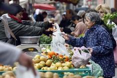 Les prix à la consommation ont stagné en octobre en France par rapport au mois précédent, le rebond des prix de l'énergie étant compensé par le repli des prix alimentaires et des services, ainsi que le net recul des prix des produits manufacturés. /Photo d'archives/REUTERS/Eric Gaillard