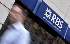 Royal Bank of Scotland a fait état vendredi d'une perte trimestrielle plus forte qu'attendu, faisant peser un doute sur le calendrier de la  poursuite par le gouvernement britannique de son désengagement d'un établissement qu'il a sauvé pendant la crise financière. /Photo d'archives/REUTERS/Toby Melville