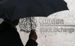 Человек проходит мимо здания Лондонской фондовой биржи 24 августа 2015 года. Европейские рынки снизились до минимума более одной недели в пятницу, при этом акции производителя инсулина Novo Nordisk и компании Gemalto, занимающейся цифровой безопасностью, сбавили более 10 процентов после выхода их квартальных результатов. REUTERS/Suzanne Plunkett